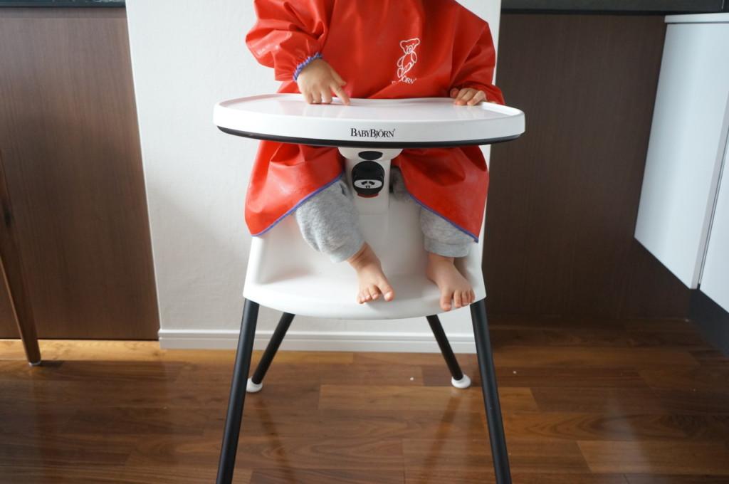 ベビービョルンのスモック(3歳まで使用可)がお勧め。首に吊るすタイプの食事用エプロンがNGな子に最適♪