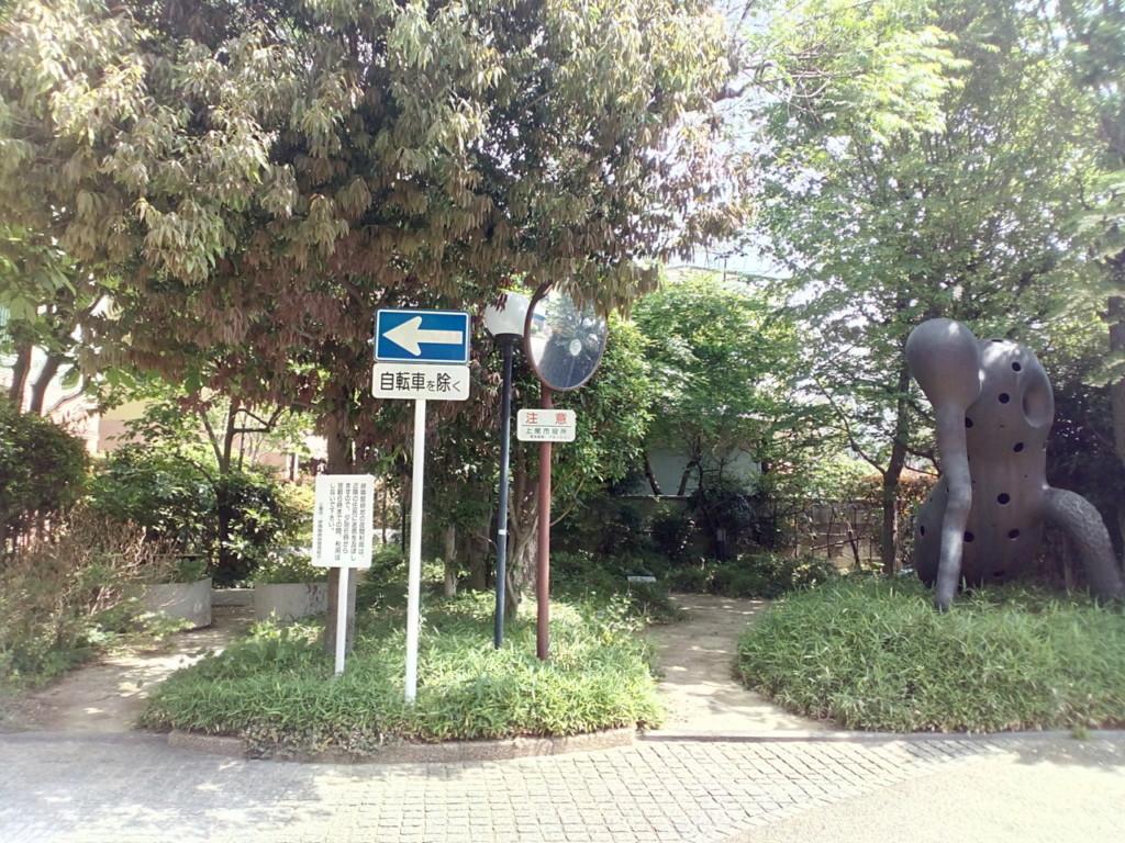 上尾駅周辺での子供とのお散歩に最適な「隣緑館緑地」。知る人ぞ知る穴場の場所。不思議なモニュメントもあるよ♪