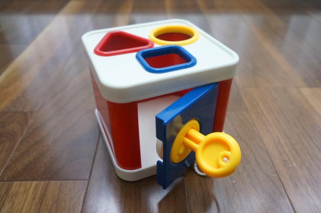 ボーネルンドのプラスチックの型はめパズル「ロック・ブロック」がお勧め。