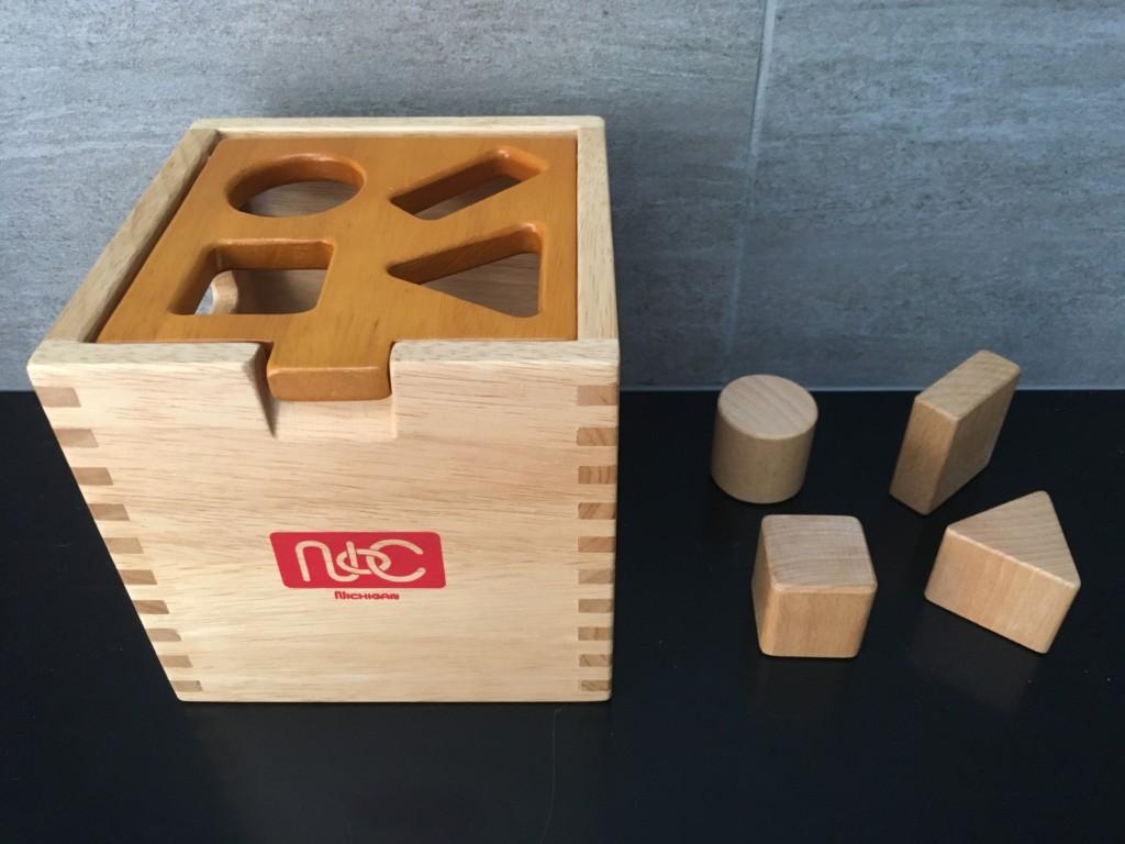 難易度高めのキングオブ型はめパズル。2歳の木製はめこみパズルはこれに決まり!
